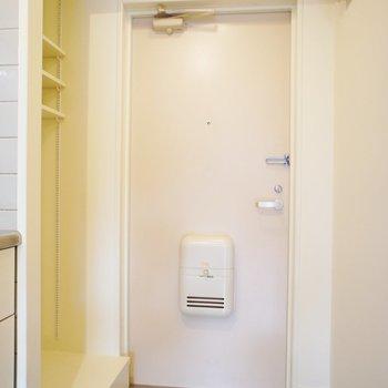 玄関よこに洗濯機置き場
