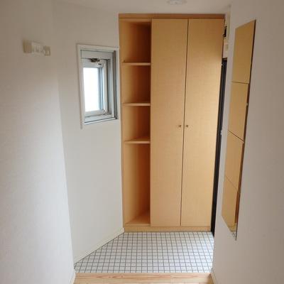 玄関には可愛い白タイルを敷きました ※写真は前回工事した305号室