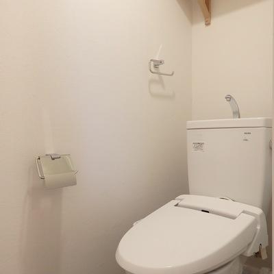 トイレは新品交換&ウォシュレット付けます! ※写真は前回工事した305号室