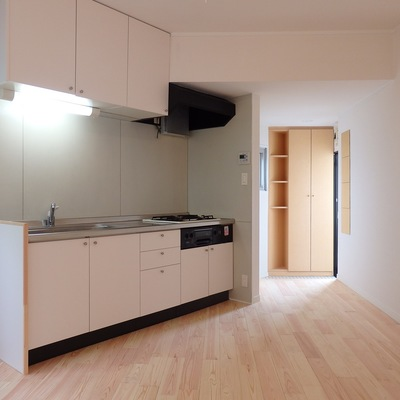 キッチンは既存のものにシート張りしています
