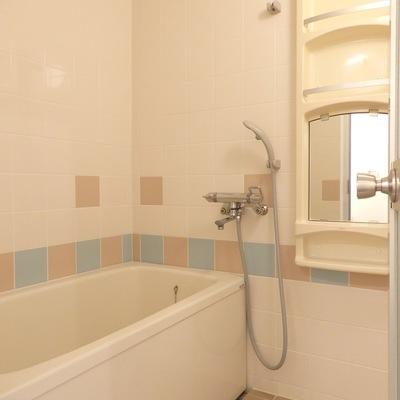 お風呂は一度改装済みでキレイでした ※写真は前回工事した305号室