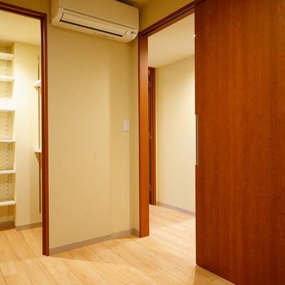 寝室は4帖のコンパクト空間。