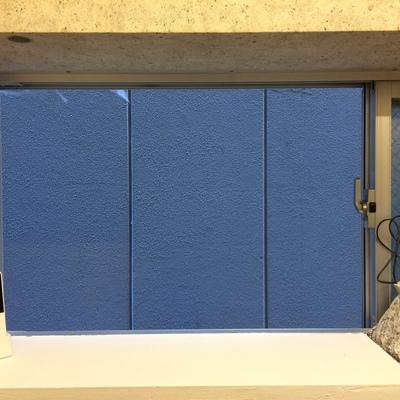 部屋の奥にある小窓です