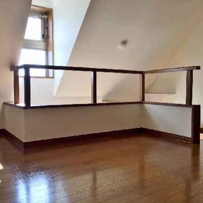 屋根裏部屋の雰囲気漂う2階。何とも居心地の良い空間。