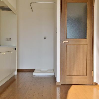 振り向くと、キッチン。洗濯機を目隠しできる、カーテンレール付き◎