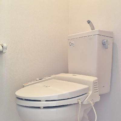 トイレはふつう。廊下にありますよ。