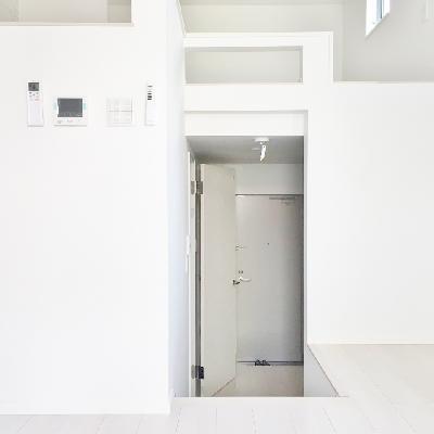 玄関のフロアから3段ほどお部屋が上にあります。右のスペースに階段が付きます!※工事中