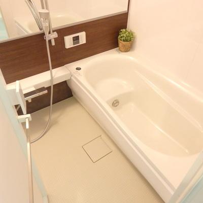 大きな鏡、浴槽も深い!