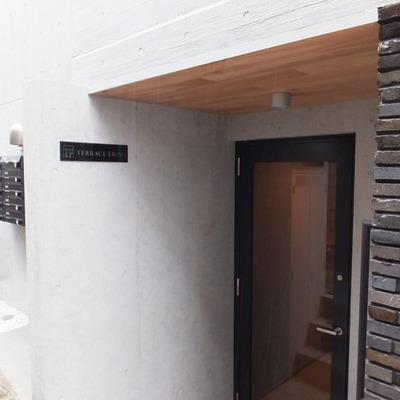 建物の入り口はこちら。レンガのような外壁です。