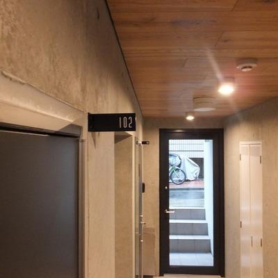 共有部分の天井の木と壁のコンクリートの素材感がいい!