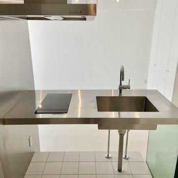 2口IHコンロのスタイリッシュなキッチン。作業スペースもありそう。