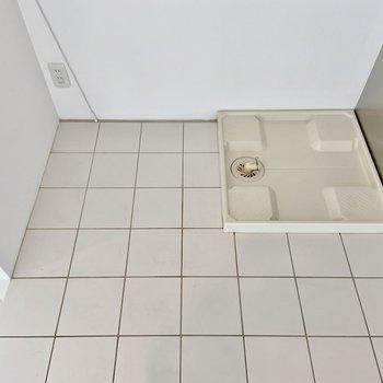 冷蔵庫と洗濯機はキッチンスペースにまとめて置けますよ。ロールカーテンで目隠しもできます。