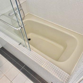 バスタブはシンプルですがガラス戸で仕切られていてホテルライクな印象。