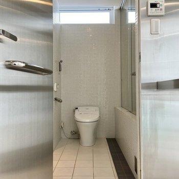 キッチンスペースを抜けるとサニタリーに繋がっています。温水洗浄便座付きです。