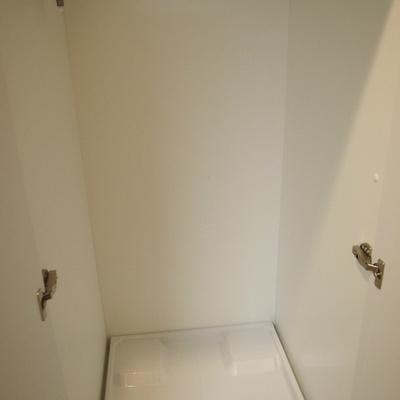 扉で隠せる洗濯機置き場は生活感隠せていいですよね。