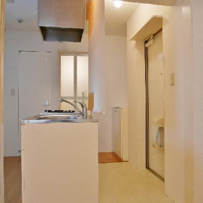 キッチンと玄関側はロールカーテンで仕切れます。