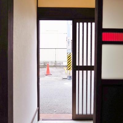 玄関も土間から1段、2段あがってお部屋へ。