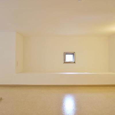 小さい小窓があってちょっとは明るいですね!