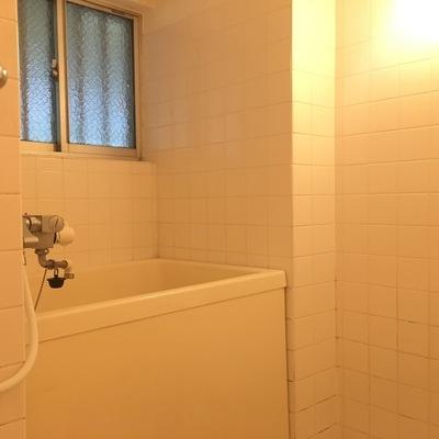 お風呂。窓付きですが外は共用部廊下。。
