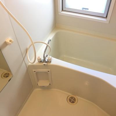バスルームには窓があって明るい♪