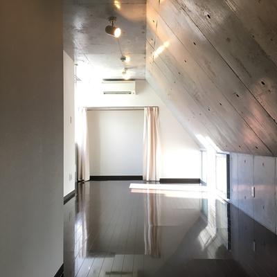 屋根裏部屋のよう。天井の傾斜がおもしろいお部屋。