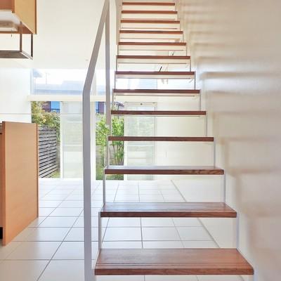 玄関前には2階へと続く階段が!