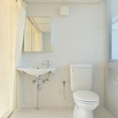 独立洗面台とトイレはスタイリッシュかつ清潔に。