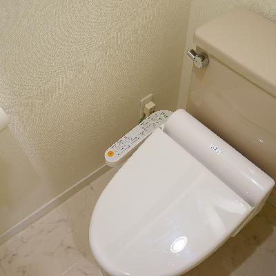 トイレは個室でウォシュレットつき♪