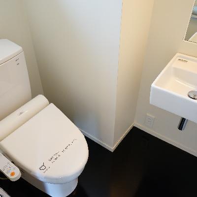 トイレもこのフロアに。洗面台が◎