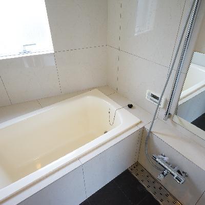 その横にお風呂!追い焚きと乾燥機ついてます!