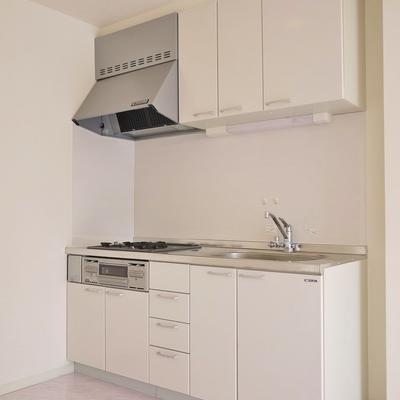 キッチンも白でパリッと。
