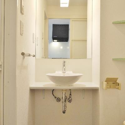 洗面台は大きくないけど、お洒落です♪