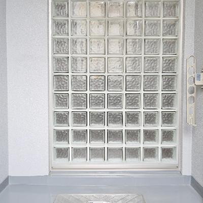 バルコニー壁が何故かガラスブロック。