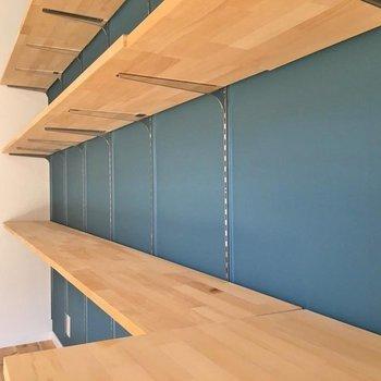コーラルブルーのアクセントクロスとオープン収納がポイント!(※写真は1階の同間取り別部屋のものです)