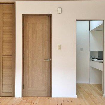 扉がナチュラルで心地良い。(※写真は1階の同間取り別部屋のものです)