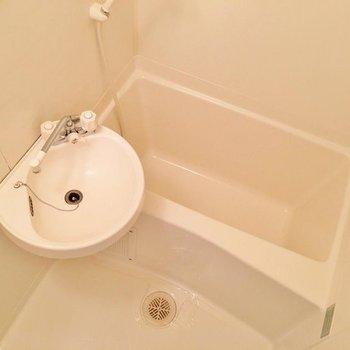 こちらは2点ユニット。隙間がなくてお掃除楽ちん。(※写真は1階の同間取り別部屋のものです)