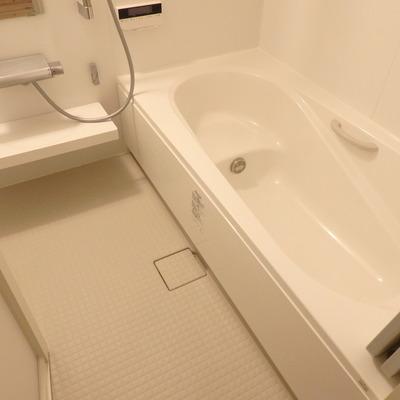 浴槽は結構奥行きがあります!