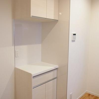 キッチン後ろにちょっとした棚があると便利ですよね~*写真は別部屋です