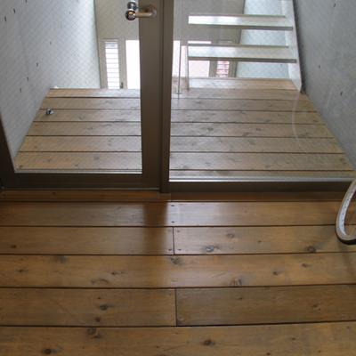 エレベーター降りた正面は、ウッドデッキな共有階段♪