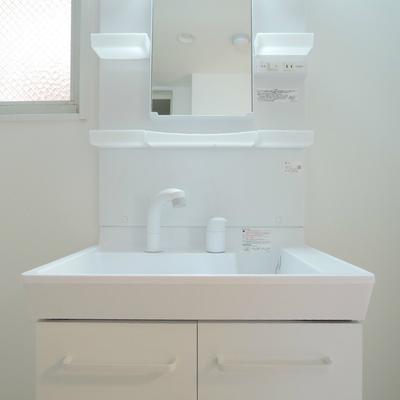 清潔感のある独立洗面台。