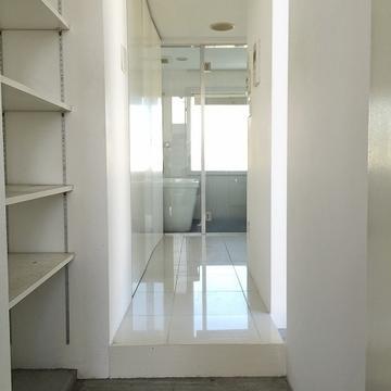 玄関からのアプローチです。左に下駄箱とトイレ、洗濯機置場があります。※写真は別部屋です