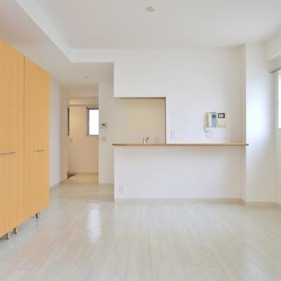 白を基調にしたシンプルな室内。