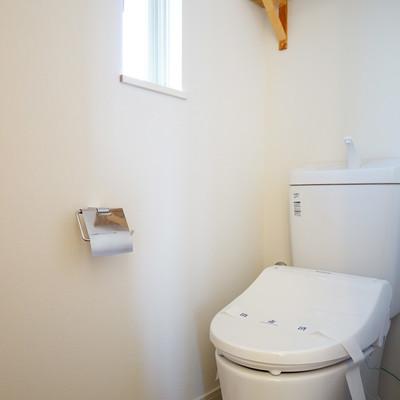 トイレも小窓が付いて清潔感◎
