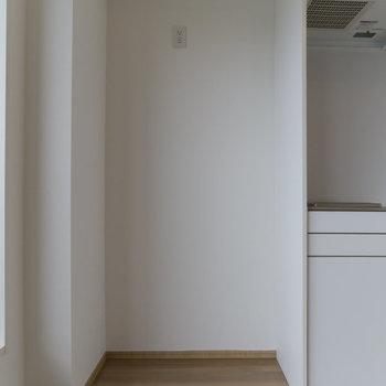 冷蔵庫はここに(W約94cm)。ゴミ箱も一緒に置けそうです。