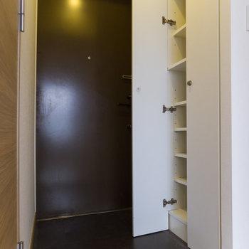 玄関&靴箱も広々。