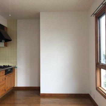 リビングは約8.9帖。南向きなので1階ながら良い日が入ります※写真は3階の反転間取り別部屋のものです