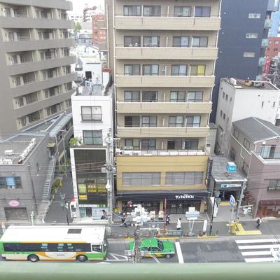 玄関を出たところ。千駄木駅とサンマルクカフェが見えます