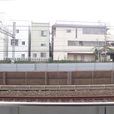 眺望はこんな感じ。電車の線路と近いです