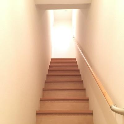 玄関を開けて階段。よいしょっと