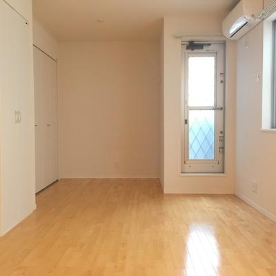 キッチン側から、窓は小さいけどお部屋の印象は明るいです